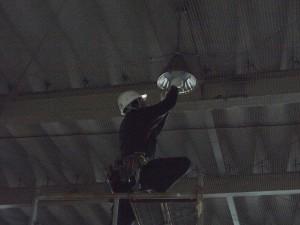 工場内水銀灯取替作業中