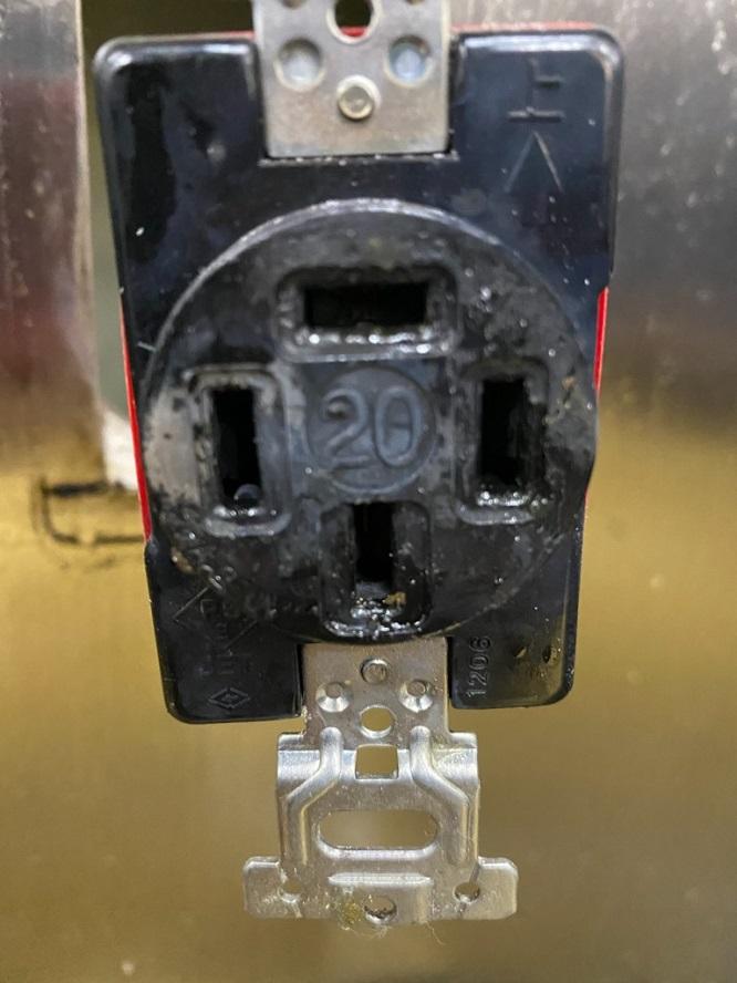 愛知県蟹江市の食品工場にて三相3線式動力コンセントの取替電気工事