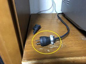名古屋市名東区の戸建住宅にて電子レンジのプラグ交換電気工事